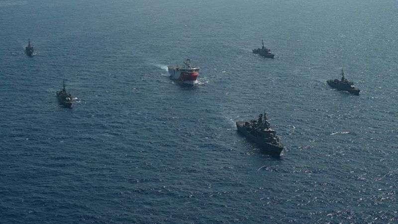 土耳其的石油開採地質考察船拉伊斯號在土耳其多艘軍艦護衛下進入賽普勒斯和希臘的克里特島之間的海域。法國則派軍艦戰機協同希臘反對土方在有爭議區域考察。(BBC News中文)