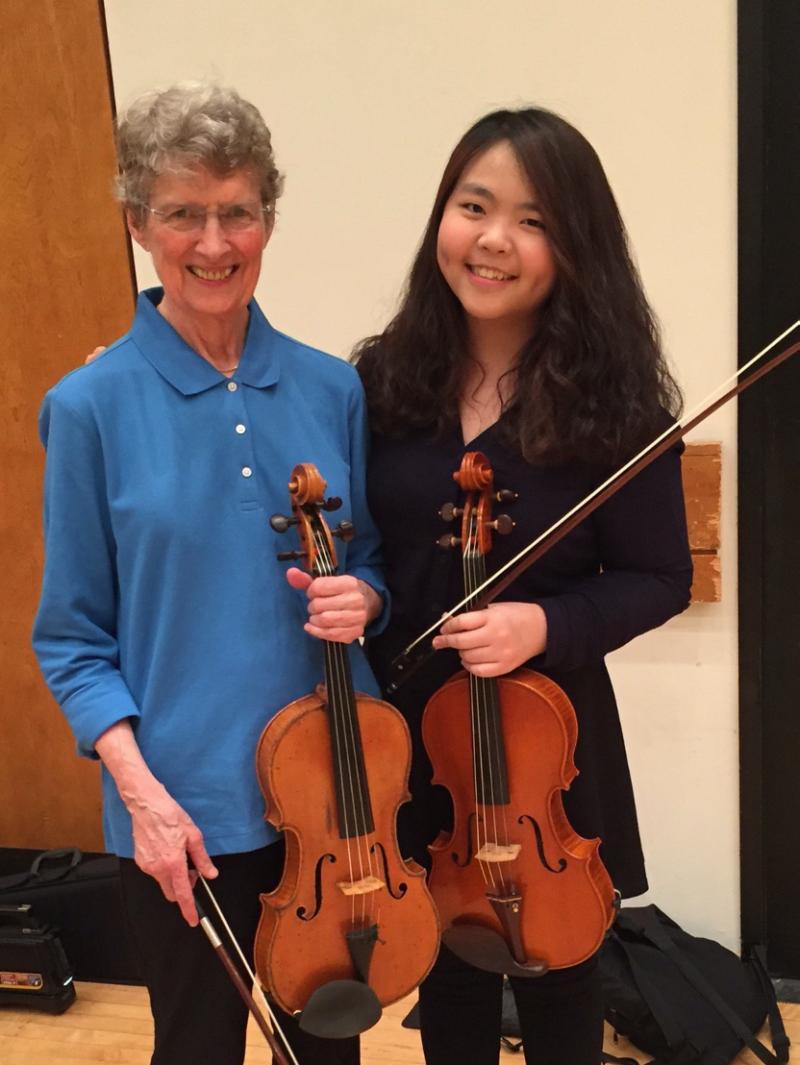 楊絜儀同學與茱莉亞音樂學院資深的中提琴導師教授Heidi Castleman合影,同時也是楊同學在美求學的第一位導師,在國外求學路上影響深遠(圖片提供/楊絜儀同學)