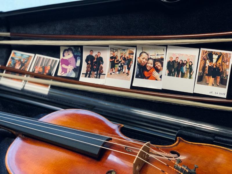 楊絜儀同學隨身攜帶,視如珍寶的提琴盒中,放著滿滿支持她的親友照,即使遠在他鄉,總像在身邊守候著(圖片提供/楊絜儀同學)