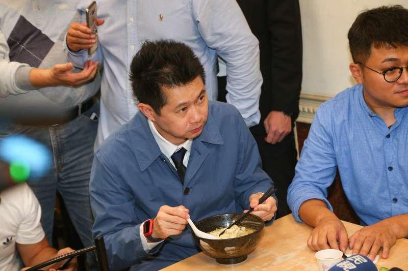 20201113-行政院發言人丁怡銘13日至「皇家傳承牛肉麵重慶店」親自向老闆致歉。(顏麟宇攝)
