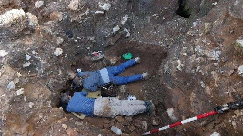 墨爾本大學的研究人員在南非約翰尼斯堡北部德里默倫考古遺址發現了這塊頭骨碎片。(BBC News中文)