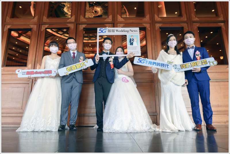 上半年受疫情影響,許多新人結婚計劃推延,今順利舉辦婚禮,更讓賓客備感幸福可貴。中華電信因應防疫政策,現場備有醫療口罩,守護健康。現場也有新人們戴著口罩合影留念,留下珍貴的甜蜜回憶。(中華電信提供)