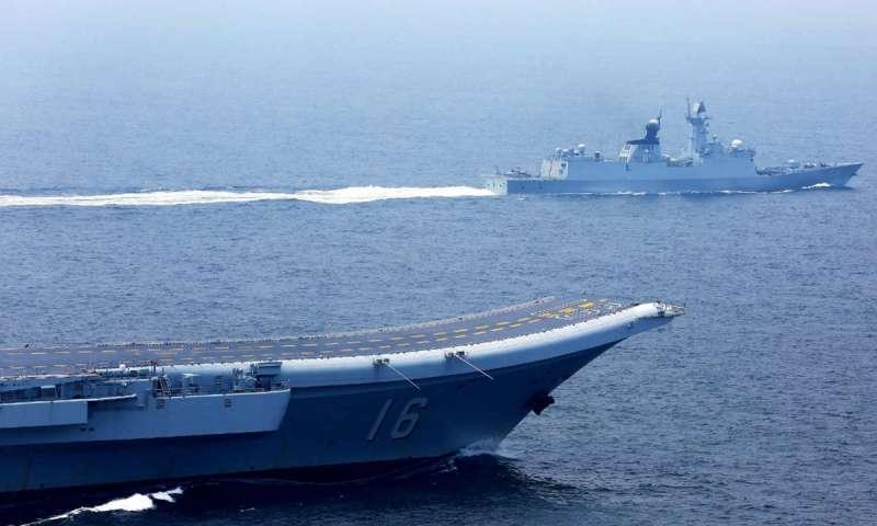 2017年7月20日,中國海軍的遼寧號航空母艦與一艘飛彈護衛艦正航經台灣海峽。(中國軍網)