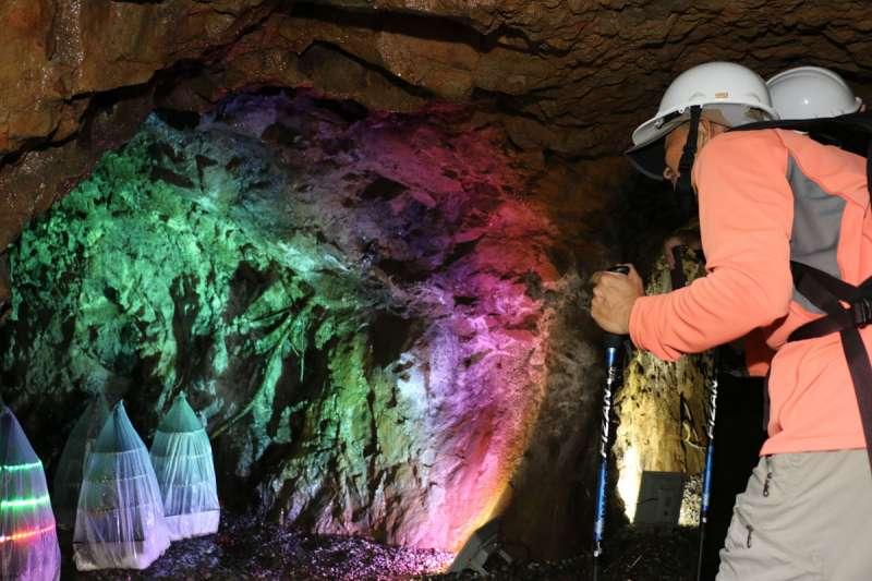 走進作品「礦聲憶韻」的防空洞裡,精彩的聲音地景和光影裝置重現礦場風貌。新北市政府文化局提供