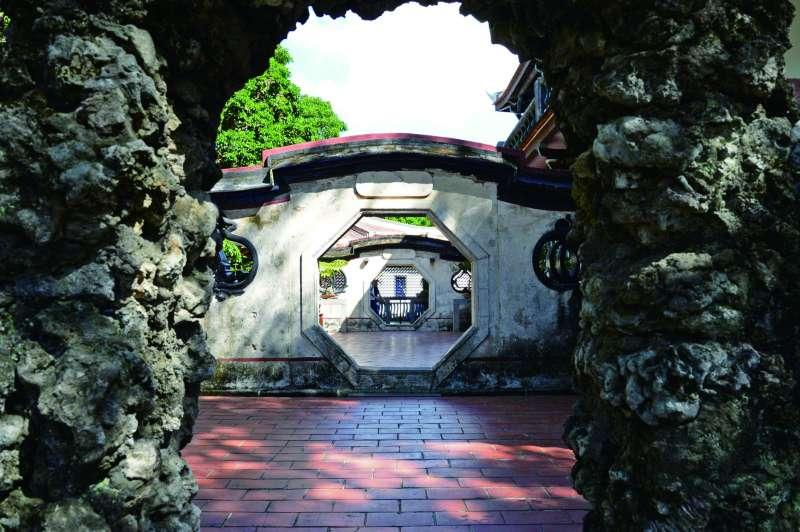 觀稼樓旁題有小橋度月的八卦洞門造型優美。(楊雋珩攝)