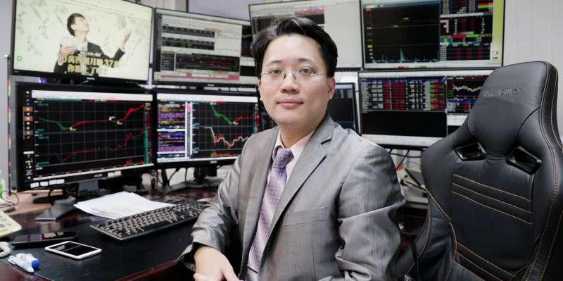 頂著交大電機博士學位及證券期貨雙分析師執照的麥克老師已從事金融分析產業十多年,當初放棄高薪的竹科園區工作。(圖/股票王FB)