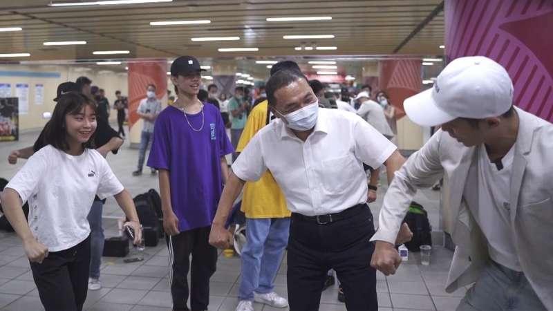 新北市市長侯友宜親自蒞臨現場向學生學習舞蹈姿勢,欣賞他們努力不懈的彩排與練習。(圖/風傳媒提供)