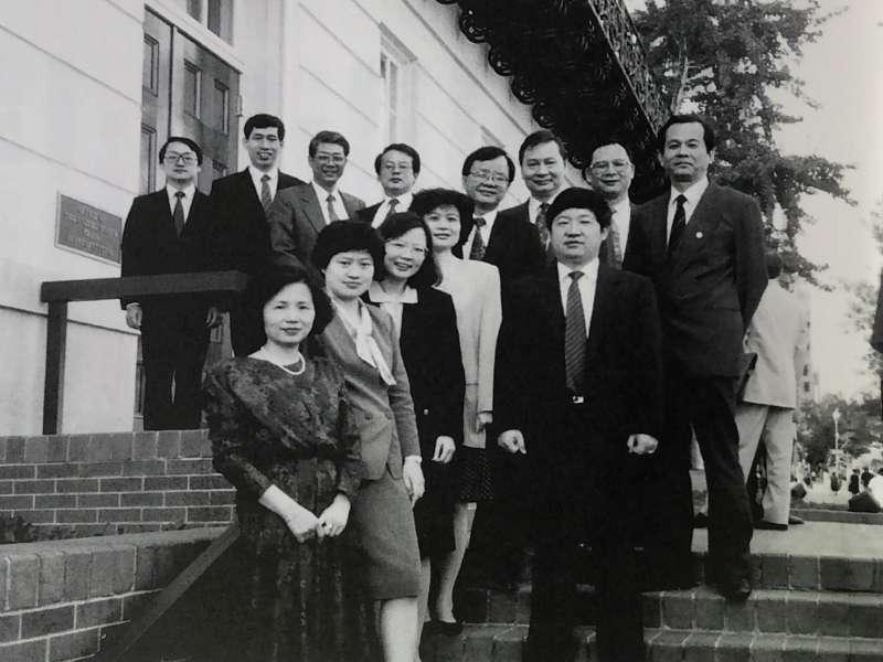 1986年,蔡英文(前排中)代表台灣到美國,與美貿易談判代表署進行重要經貿談判。(小英基金會提供)