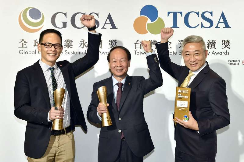 台灣大不僅第6度獲得「十大永續典範企業獎」,今年更以最高榮耀拿下服務業類第一名。(圖/台灣大哥大提供)