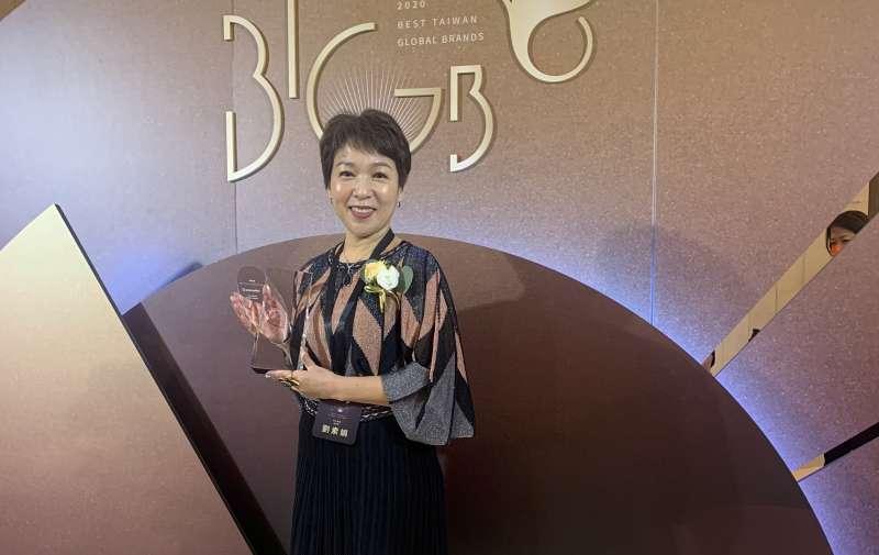 台灣國際品牌價值調查的頒獎典禮,由巨大集團品牌長劉素娟代表受獎。(巨大提供)