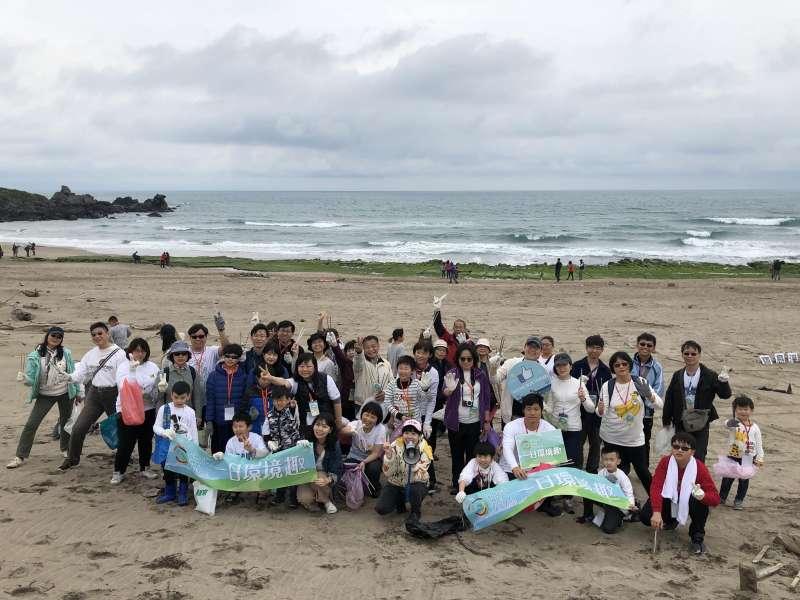 Home Run Taiwan是中國信託長期關注公益、環境和運動議題的金融自媒體平臺,本(11)月突破30萬粉絲數,常舉辦「生態小旅行」帶著粉絲走訪臺灣各個角落,如前往海邊淨灘。(中信金控提供)
