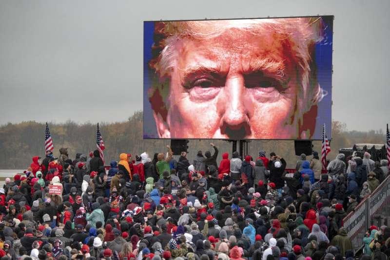 2020年10月,在密西根州造勢大會螢幕上的川普。(美聯社)