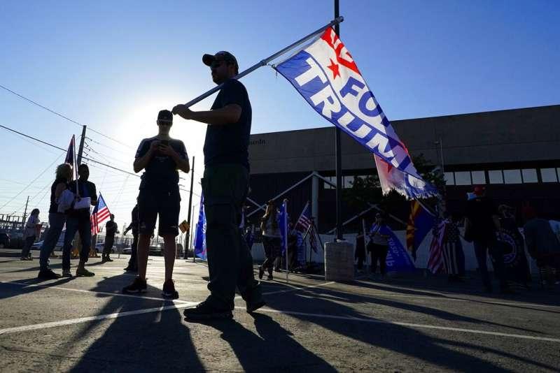 由於川普拒不認輸,美國各地的川粉也持續上街抗議,譴責民主黨與拜登「偷走大選」。(美聯社)