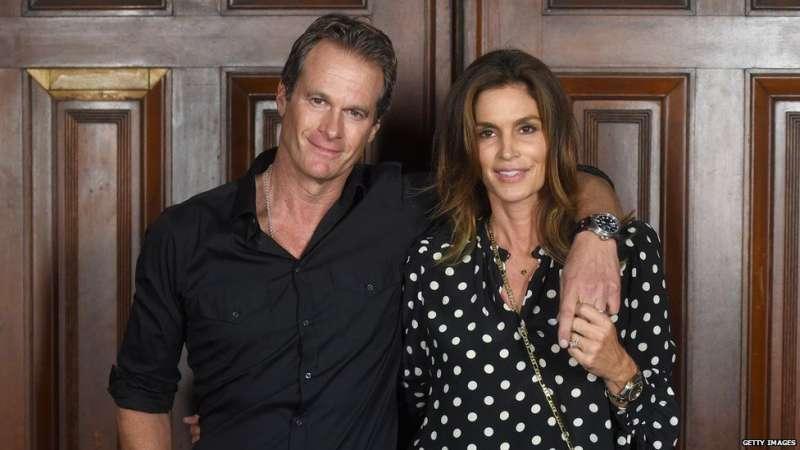 克魯尼的好朋友格伯及其妻子,超級名模辛迪·克勞馥。(BBC中文提供)