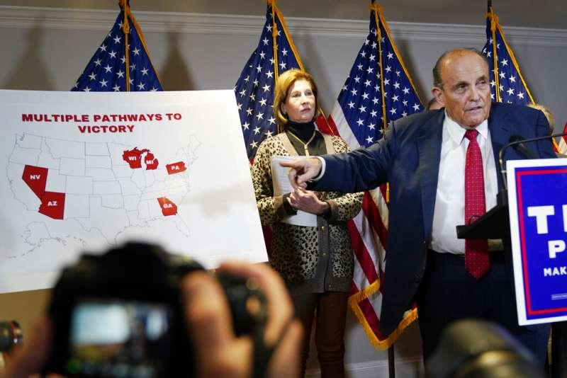 川普私人律師朱利安尼召開記者會,繼續推銷各種陰謀論與選取欺詐的所謂證據。(美聯社)