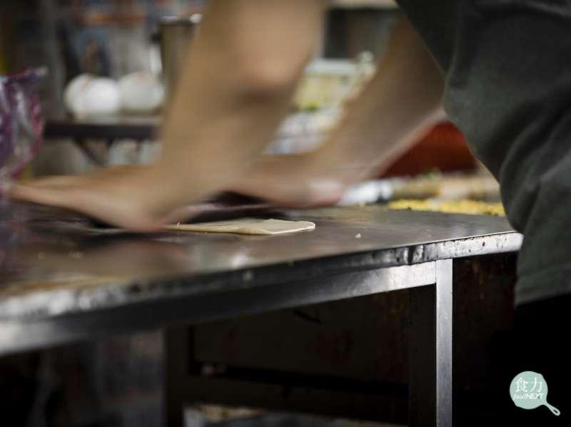 「我喜歡站著這個位置,可以看到老闆擀餅皮,」輕盈的葉怡蘭一走進小店,就目不轉睛地看著麵棍在桌台上的把戲,翻滾、碾壓、反轉。(圖/食力foodNEXT)