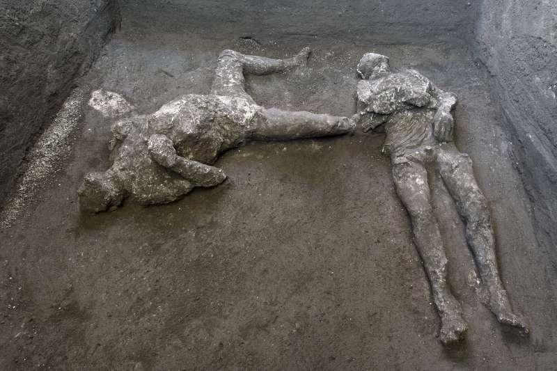 考古學家近日在義大利龐貝古城一處別墅內挖掘出兩名男性遺骸,估計兩人可能為主僕關係,在躲避維蘇威火山爆發時身亡。(AP)