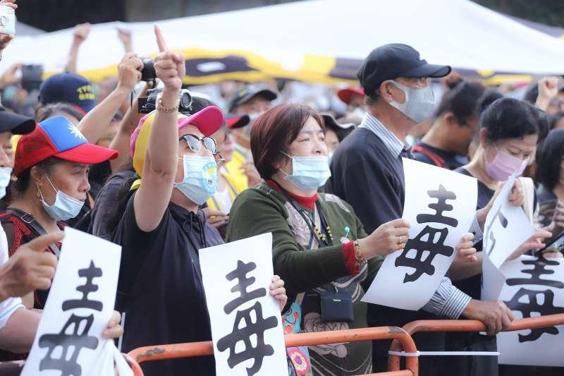 20201122-秋鬥遊行,秋鬥大隊隊伍於民進黨中央黨部前集合發表訴求。(陳品佑攝)