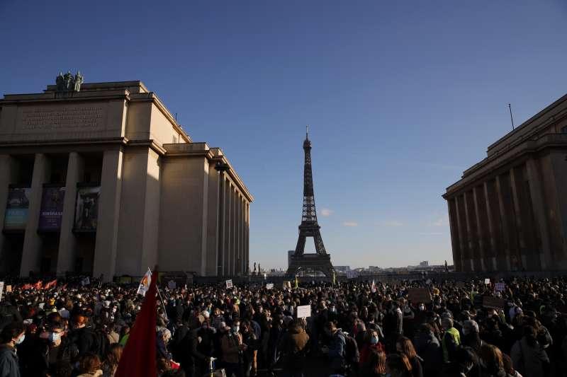 2020年11月21日,法國各地上萬民眾走上街頭,抗議國會一讀通過「整體安全法」嚴重損害新聞自由。(AP)