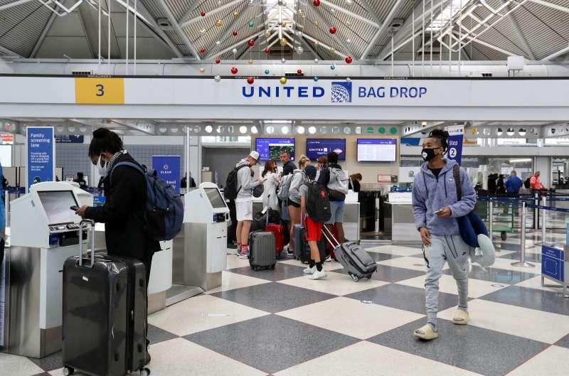 感恩節前夕,美國機場和車站都出現人潮。(美聯社)