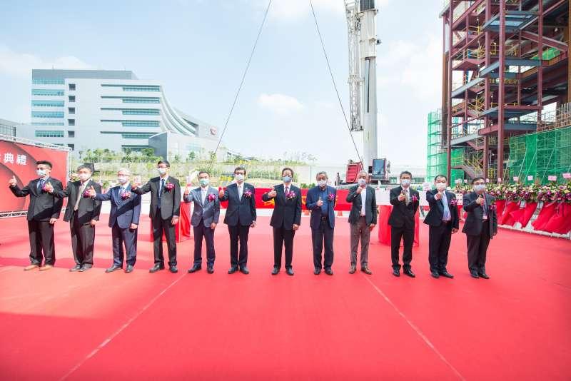 台積電三奈米廠新建工程上樑典禮大合照。(台積電提供)