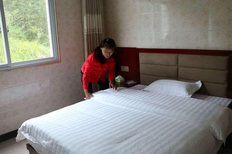 王良翠離開大灣村去上海幾十年後,她又回到家鄉,開了家名為「聚來樂」的家庭旅館。(YIN YIJUN/THE WALL STREET JOURNAL)