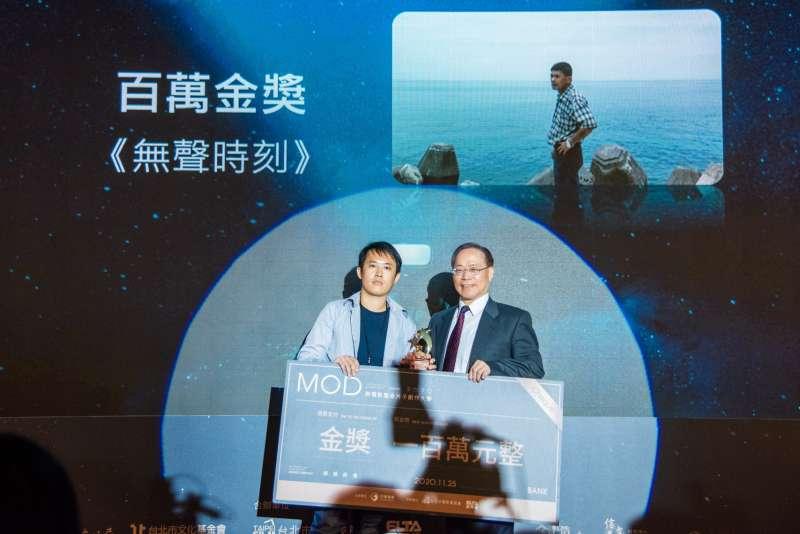 中華電信謝繼茂董事長(右)頒發百萬金獎給紀錄片《無聲時刻》。(圖/台北市電影委員會提供)