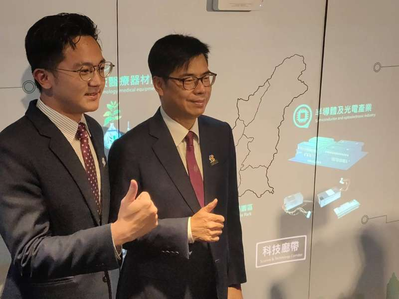 高雄市長陳其邁(右)參加「投資高雄事務所」揭牌活動。(圖/徐炳文攝)