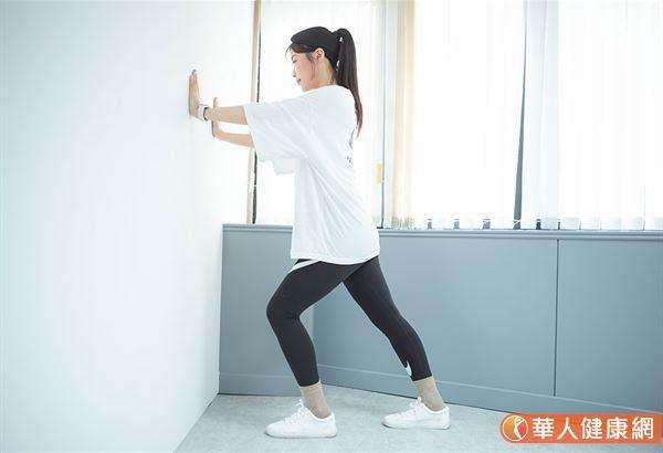 站姿伸展腳跟與小腿刺激腓腸肌。(圖/截自華人健康網)