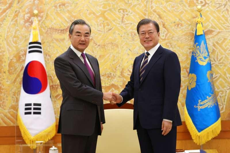 中國外交部長王毅出訪南韓,與南韓總統文在寅會晤。(美聯社)