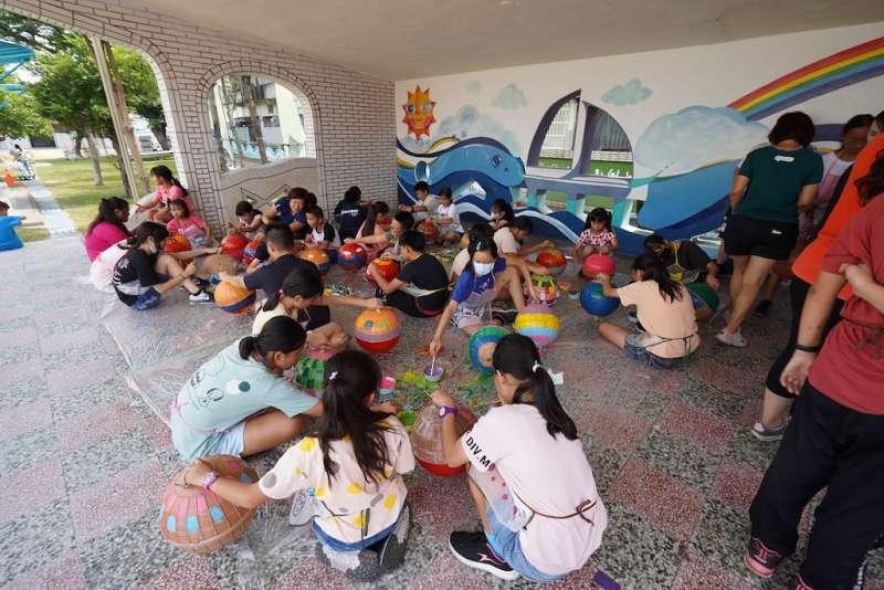 汕尾國小師生們共同合作進行彩繪海廢浮球活動。(圖/徐炳文攝)