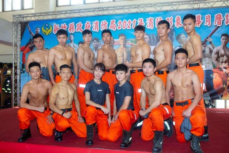 16位消防局外勤單位型男及美女進行半年集訓,展現傲人好體格。(圖/新竹縣政府提供)