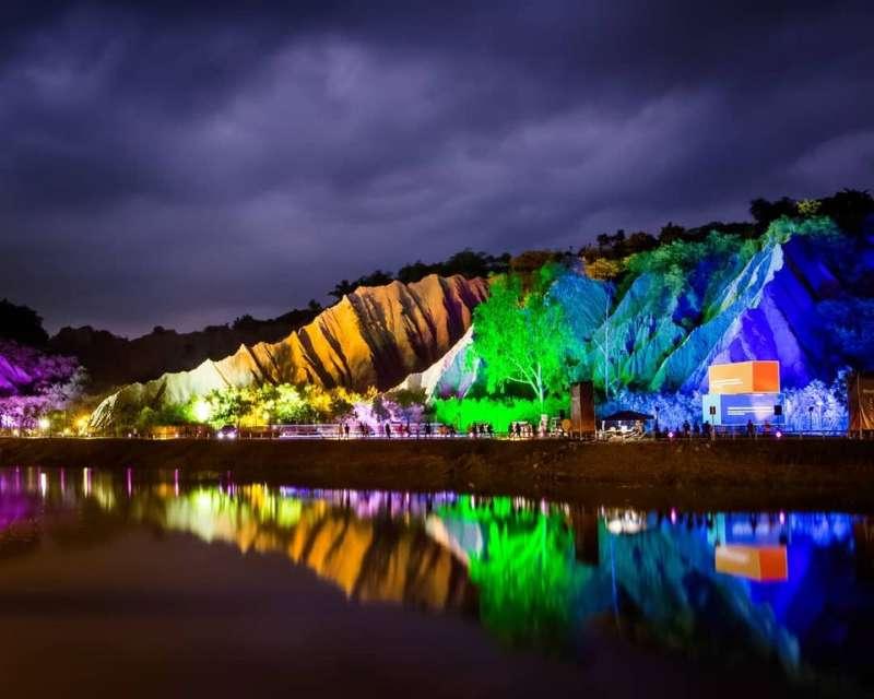 晚上也會進行燈光秀表演,各種顏色的光芒照映在岩壁上,繽紛又亮眼。(圖/台灣旅行小幫手提供)