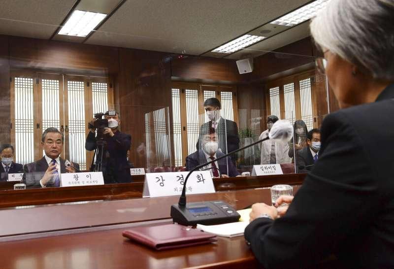 中國外交部長王毅與南韓外交部長康京和在首爾舉行會談。(美聯社)