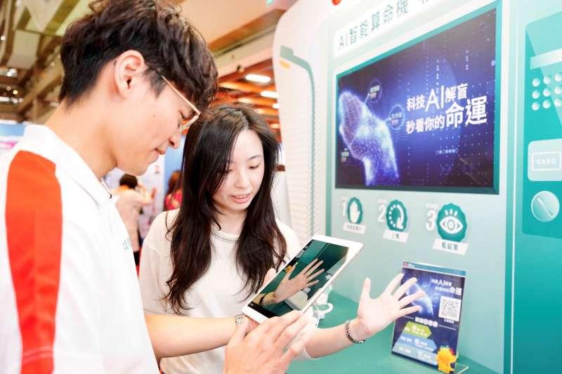 台灣人壽首度曝光結合命理的「AI智能算命」,蒐集上百種掌紋進行AI模型比對,透過生活化有趣的互動體驗,喚起民眾加強保險意識。(中信金控提供)