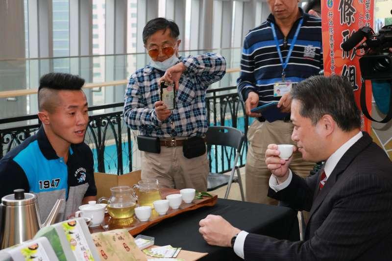 全國製茶技術競賽冠軍23歲葉承軒泡茶請副市長吳明機品嚐,香氣入喉連聲稱讚。(圖/李梅瑛攝)