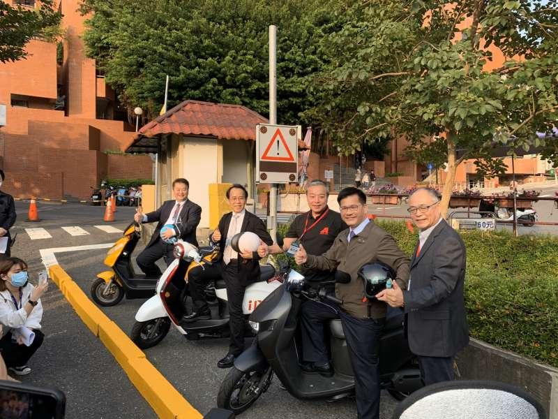 交通部長林佳龍(右2),鼓勵地方政府與民間業者發展智慧機車所需的智慧設施及整合性雲端平台。(圖/徐炳文攝)