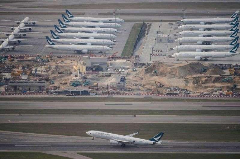 由於航線大減,香港機場停泊了很多飛機。(BBC News中文)