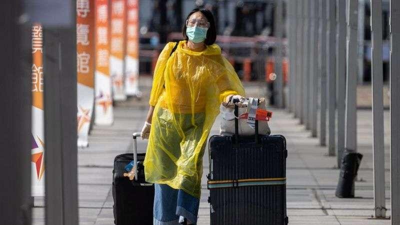 全球檢疫措施下,旅客外遊意欲受到抑制。(BBC News中文)