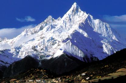 梅里雪山風景壯麗,曾是許多登山好手夢想中的冒險聖地。(圖/取自維基百科)