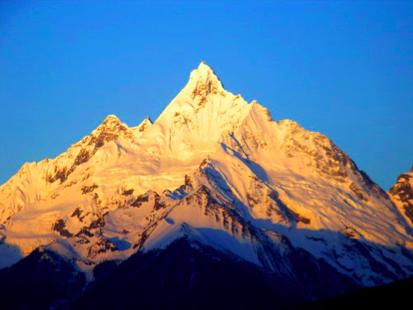 山頂閃爍著金黃色的光芒,十分美麗。隊員原以為這是吉祥的徵兆。(圖/取自維基百科)