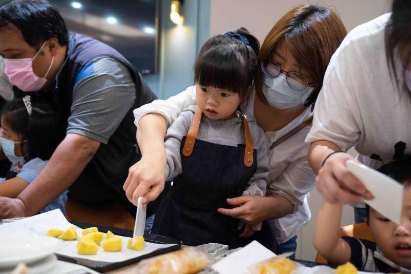 迪化店也推出親子DIY做鳳梨酥課程。(新東陽提供)