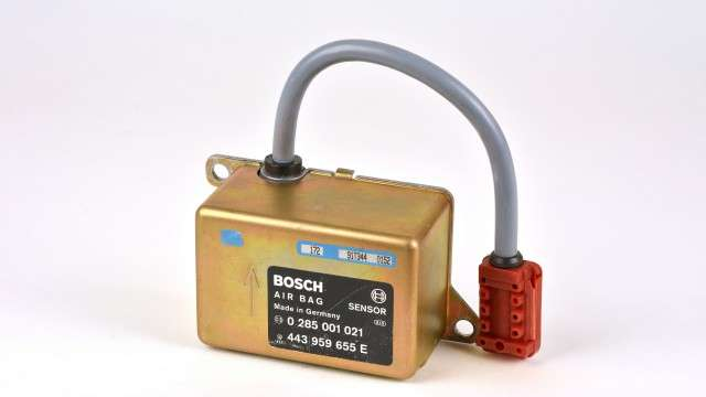 博世集團發明的安全氣囊,拯救無數生命。圖為第一代安全氣囊啟動裝置(圖片來源:BOSCH官網)
