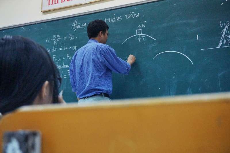 老師 教師 上課 教室(Tra Nguyen@unsplash)