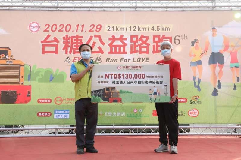 台糖總經理王國禧(右)代表捐贈13萬元等值物資予台南市佑明視障協進會。(圖/台糖提供)