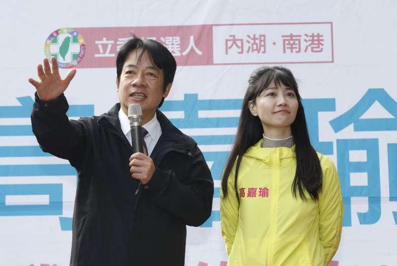 高嘉瑜(右)往來的對象常非當權派,曾邀請黨內初選敗陣的賴清德(左)為自己站台。(郭晉瑋攝)