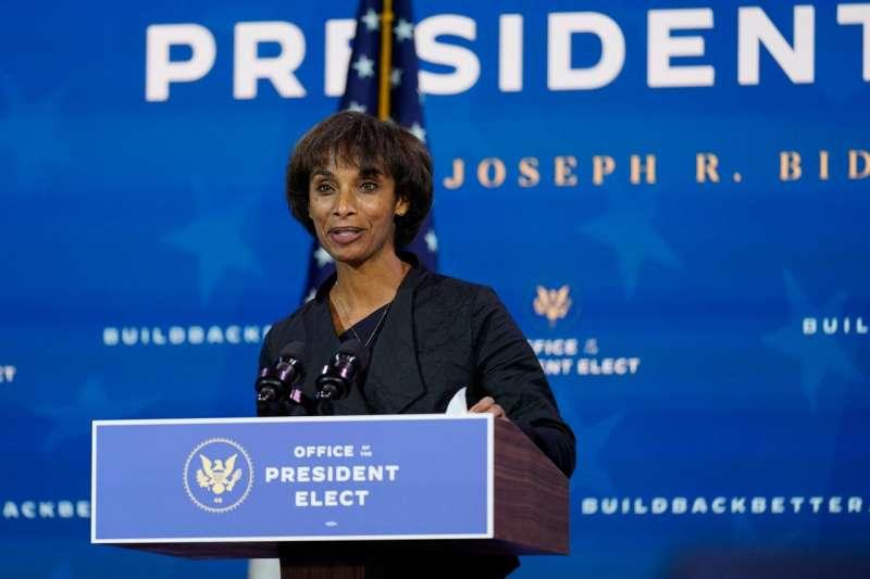 未來的美國總統經濟顧問委員會主席勞斯出席拜登的記者會。 (AP)