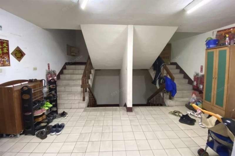 樓梯間堆滿雜物代表社區缺乏管理,長久下來將會影響居住品質。(圖/591房屋交易網提供)