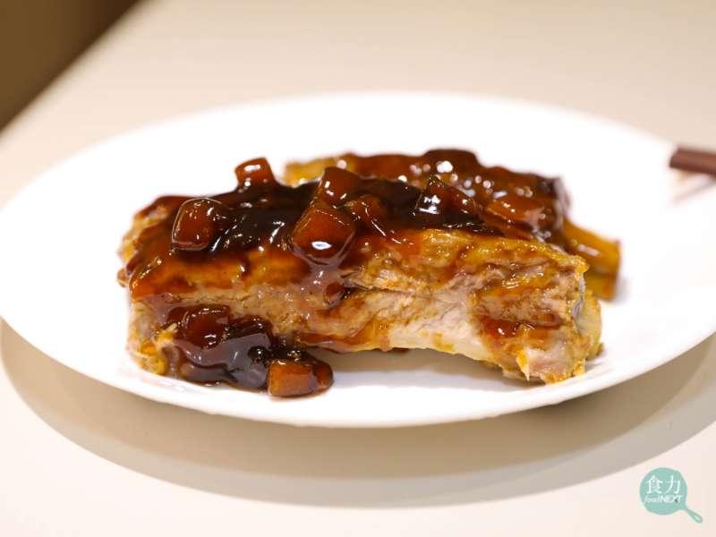 KK Life的新品豬肋排,醬料的蘋果丁粒粒分明,口味清爽。(圖/食力foodNEXT提供)