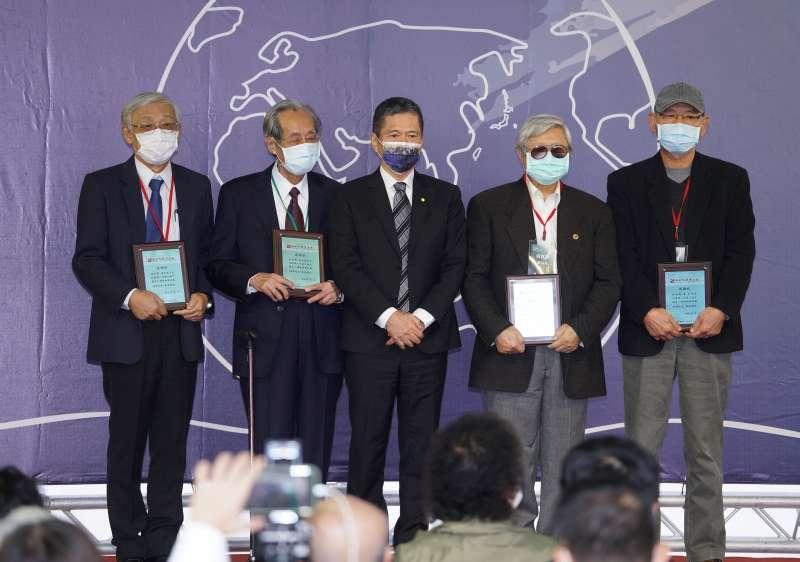 20201205-文化部長李永得(左三)5日出席世界人權日典禮,頒授感謝狀給捐贈文物的政治受難者及其家屬。(盧逸峰攝)